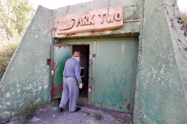 [Vietsub] Cụ ông 83 tuổi dành 50 năm để xây dựng hầm trú ẩn hạt nhân từ 42 chiếc xe buýt - Ảnh 12.