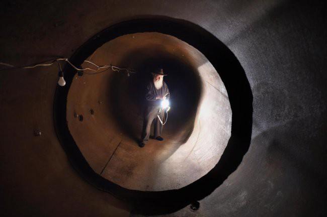 [Vietsub] Cụ ông 83 tuổi dành 50 năm để xây dựng hầm trú ẩn hạt nhân từ 42 chiếc xe buýt - Ảnh 11.
