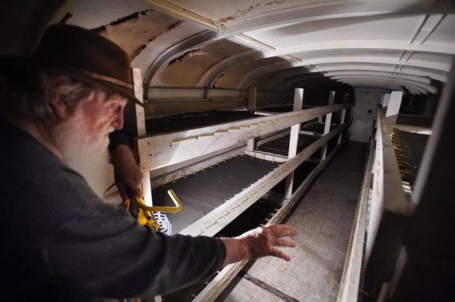 [Vietsub] Cụ ông 83 tuổi dành 50 năm để xây dựng hầm trú ẩn hạt nhân từ 42 chiếc xe buýt - Ảnh 10.