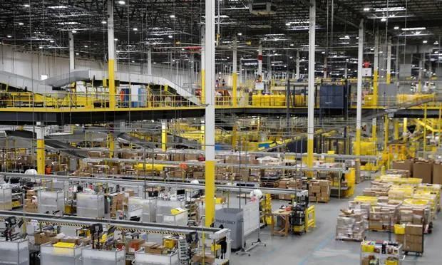 Robot làm rò rỉ thuốc diệt côn trùng, 24 nhân viên Amazon phải nhập viện - Ảnh 1.