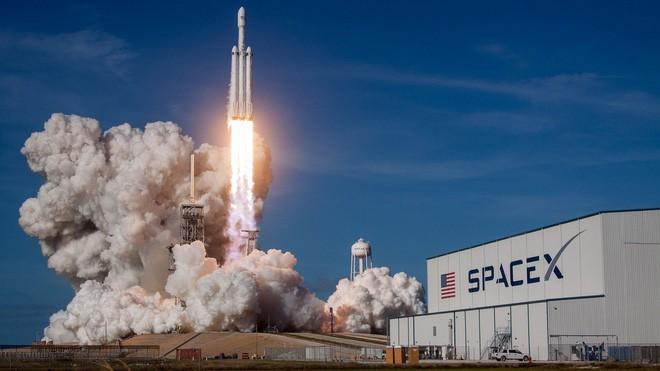 [Video] Cùng xem lại cảnh Elon Musk mếu máo khi tên lửa mạnh nhất thế giới của SpaceX được phóng thành công - Ảnh 1.