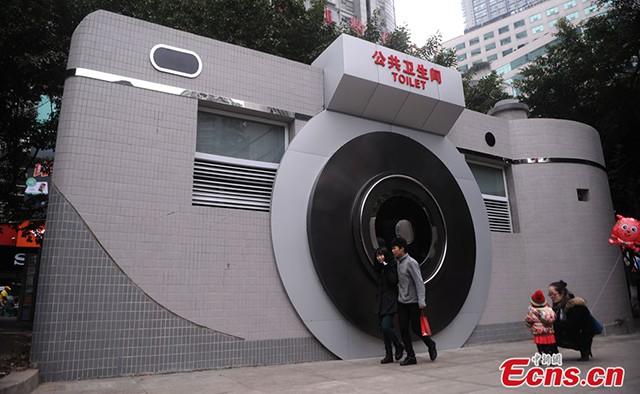 Trung Quốc: Dựng nhà vệ sinh công cộng trên cầu đi bộ, giúp du khách đáp lại tiếng gọi thiên nhiên trong mùa lễ hội - Ảnh 1.