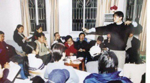 Jack Ma thời còn trẻ, cùng với những thành viên trong start-up của mình.