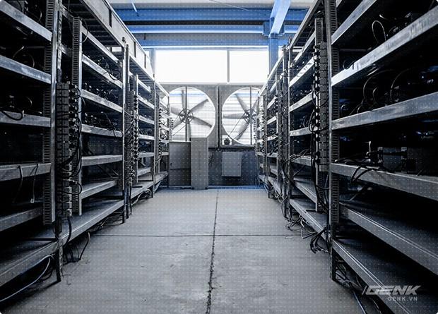 Dàn máy đào Bitcoin bên trong mỏ Ordos của Bitmain.