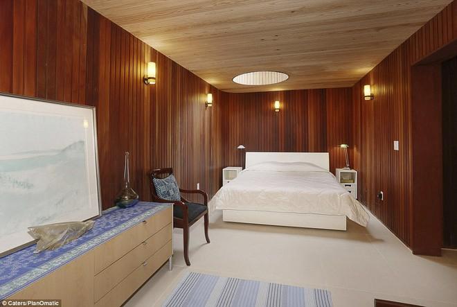 Một trong những phòng ngủ của ngôi nhà này. Phòng ngủ chính nằm ở tầng 3, trong khi cũng có phòng ngủ ở ngoài trời.