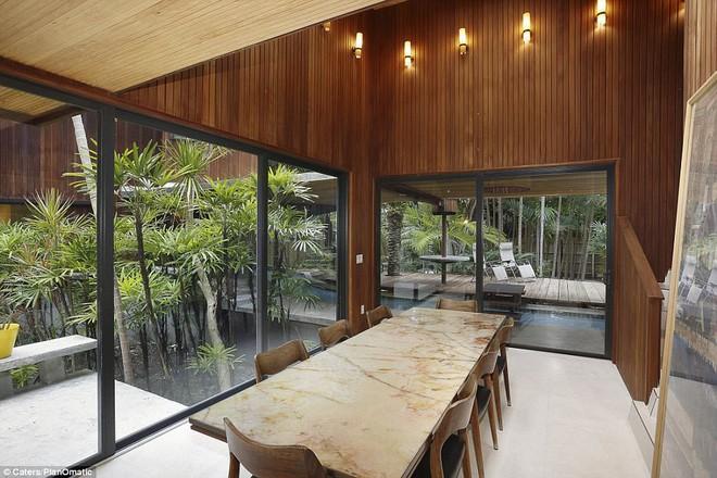 Phòng ăn nằm sát cạnh dòng sông lười chạy qua cả căn nhà đặc biệt.