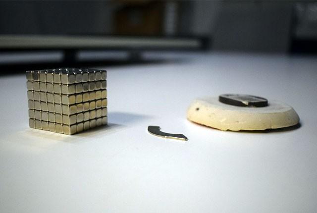 Chuyện gì xảy ra khi bạn cố xoá sạch ổ cứng bằng một...cục nam châm? - Ảnh 1.