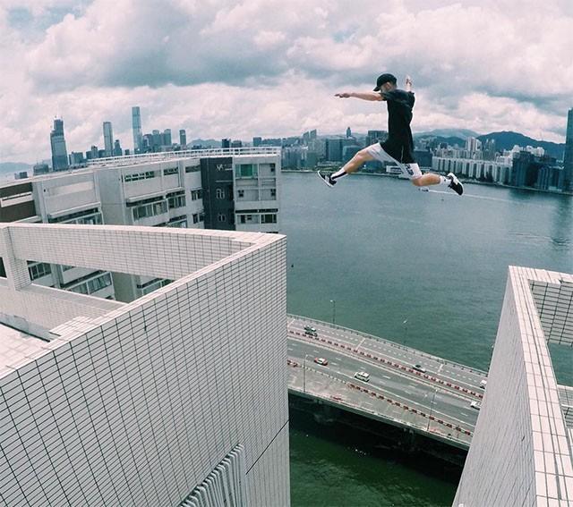 Lao nhanh trên sân thượng, nhảy qua các tòa nhà đầy nguy hiểm, 3 thanh niên khiến netizen Trung phẫn nộ vì hành động dại dột - Ảnh 2.