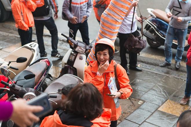 Đích thân Tổng giám đốc ngồi xe máy đi tiếp thị, Vietnamobile đã bán được hơn 1 triệu Thánh SIM chỉ trong 1 tháng - Ảnh 1.