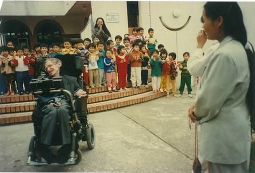 Chuyện ít biết về con gái nuôi người Việt của nhà bác học Stephen Hawking - Ảnh 1.
