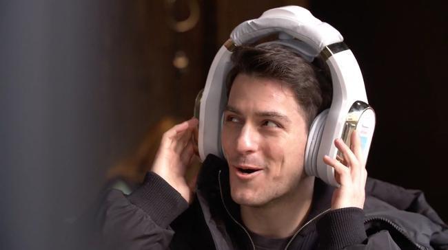 Chiếc tai nghe này có kích thước siêu bự, không được dùng để nghe nhạc là mà để mát xa tai