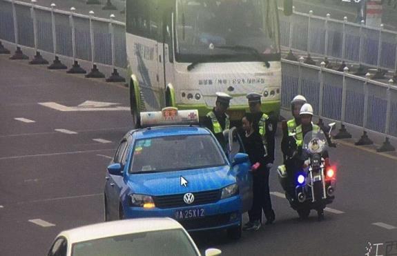Trung Quốc: Tài xế taxi bị phạt vì bật cốp cho vợ ngồi giữ đồ - Ảnh 3.