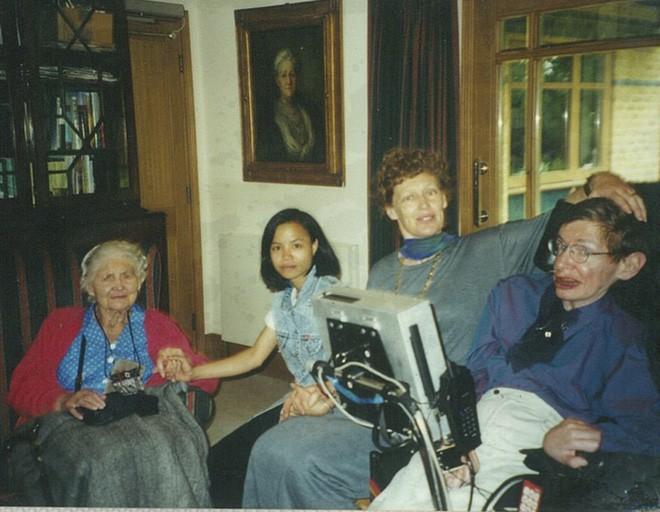 Chuyện ít biết về con gái nuôi người Việt của nhà bác học Stephen Hawking - Ảnh 3.