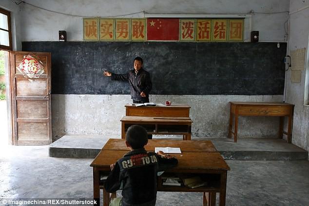 Dù nắng hay mưa, người thầy vẫn tận tụy đến trường để dạy cho 1 học sinh duy nhất - Ảnh 1.