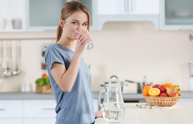 Thói quen uống nước ngay sau khi ăn của nhiều người có thực sự tốt? - Ảnh 1.