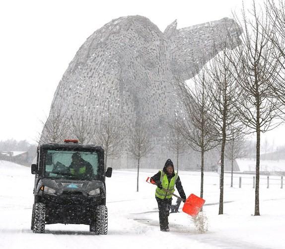 Hình ảnh bão tuyết Emma quần thảo dữ dội khiến nước Anh tê liệt - Ảnh 4.