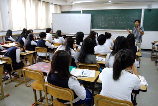 Câu chuyện về những lớp học từ sáng đến đêm ở Hàn Quốc: Khi quả ngọt của điểm số đi cùng cái giá quá đắt - Ảnh 2.