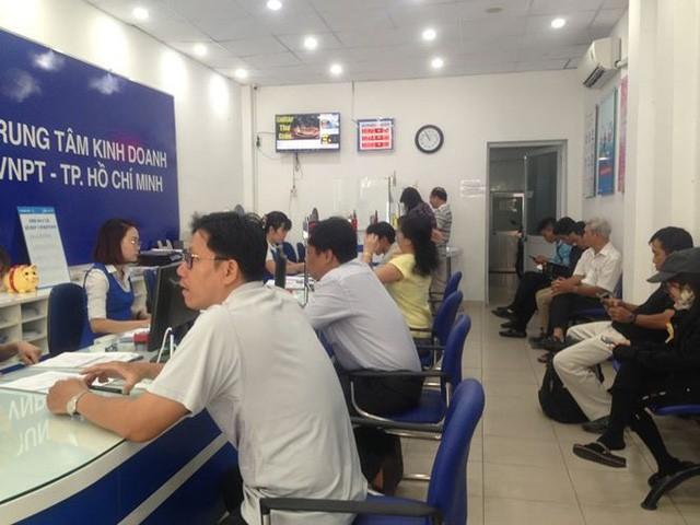 Người dân nháo nhác đăng ký thông tin vì sợ khóa SIM - Ảnh 4.