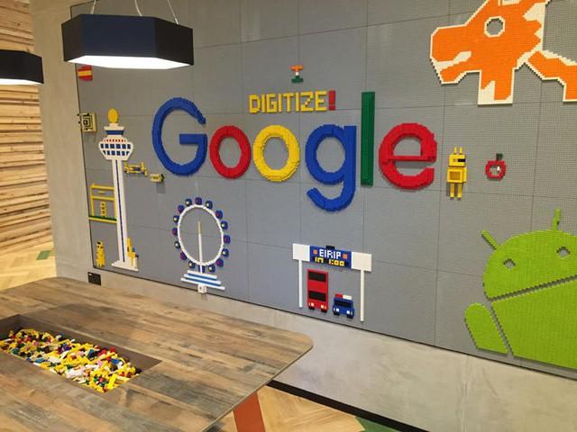 Một góc tại tầng 3 của trụ sở Google tại Singapore. Những mảnh ghép đã để sẵn trên bàn, mọi người có thể thỏa sức sáng tọa, lắp ghép những hình mong muốn trên bảng. Theo chia sẻ của một nhân viên Google, chị phải trải qua hơn chục lần phỏng vấn. Và ứng viên chỉ trở thành nhân viên của Google khi tất cả những người phỏng vấn gật đầu. Những người phỏng vấn ở đây đến từ các phòng ban, sẽ làm trực tiếp với ứng viên. Một nguồn thông tin cho biết, tỷ lệ chọi vào Google còn cao hơn cả thi vào Havard.