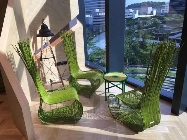 Bàn ghế tại một góc ở tầng 3. Sáng tạo dựa trên sự gần gũi với thiên nhiên, cây cỏ.