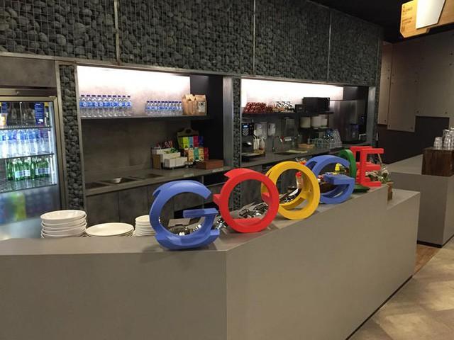 Ở mỗi tầng của Google có 2 nhà ăn ở 2 đầu, phục vụ tất cả các món. Google muốn nhân viên không phải nghĩ trưa nay ăn món gì mà tất cả đã có sẵn ở canteen. Đồ ăn cũng sắp xếp theo kiểu, món gì tốt cho sức khỏe thì sẽ được đặt ở vị trí tiện lợi nhất, một nhân viên Google cho biết.