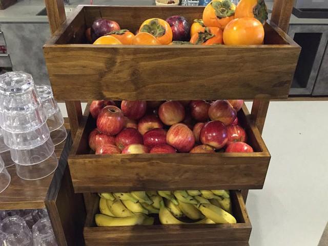 Một tủ đựng trái cây trong nhà bếp của Google. Khu nhà ăn của Google phục vụ món ăn của các quốc gia để mọi người tùy chọn.