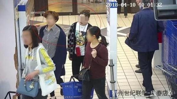Nhặt được smartphone không cài mật khẩu lại có sẵn Alipay, người phụ nữ đi mua sắm điên cuồng rồi bị bắt - Ảnh 2.