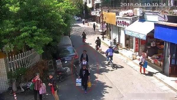 Nhặt được smartphone không cài mật khẩu lại có sẵn Alipay, người phụ nữ đi mua sắm điên cuồng rồi bị bắt - Ảnh 3.