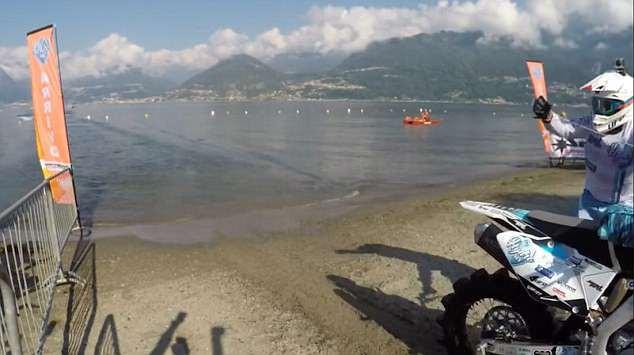 Biker liều lĩnh lập kỷ lục thế giới nhờ chinh phục hồ nước ngọt lớn thứ 3 tại Ý bằng motor hai bánh - Ảnh 6.