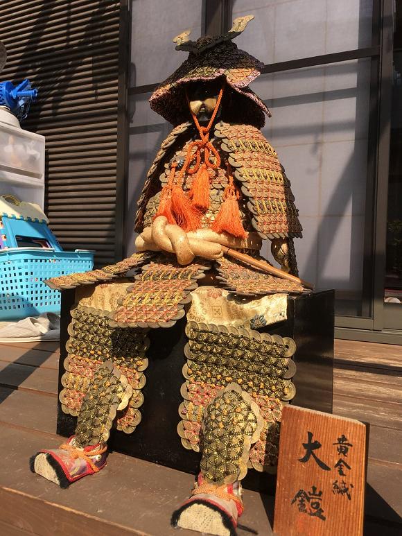 Bộ giáp samurai này được làm từ 1750 đồng xu, tác giả là một cậu bé tiểu học - Ảnh 2.