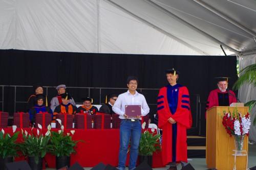 Năm 2015, Phạm Hy Hiếu (áo trắng) nhận giải thưởng The Ben Wegbreit dành cho sinh viên có luận văn xuất sắc nhất tại Đại học Stanford. Ảnh: P.H/Vnexpress.