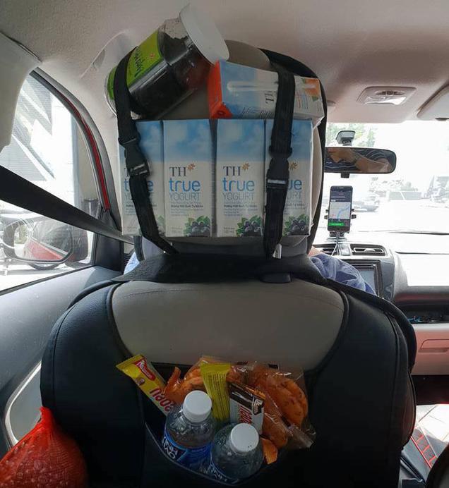 Tài xế Grab tại Sài Gòn mở quầy tạp hoá trong xe, miễn phí cho tất cả khách hàng - Ảnh 1.