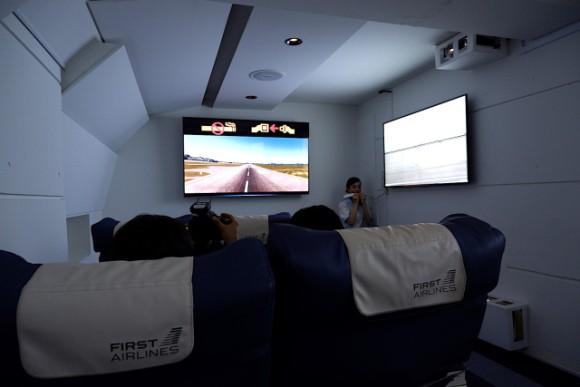 Chỉ với hơn 1 triệu, bạn có thể trải nghiệm khoang hạng nhất cùng đồ ăn sang trọng trên chuyến bay VR này - Ảnh 8.