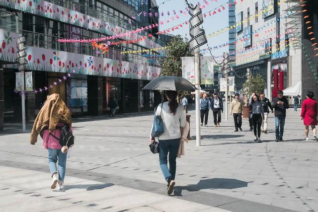 Siêu thị tương lai của Alibaba tại Trung Quốc đã vượt xa nước Mỹ: Giao hàng trong 30 phút, thanh toán qua nhân diện khuôn mặt - Ảnh 1.