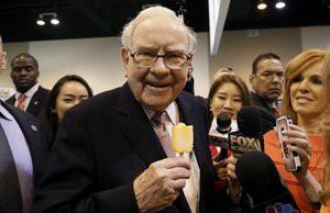 Warren Buffett ăn kem một cách vô cùng giản dị trước cuộc họp thường niên tại Omaha vào tháng 5 năm 2017