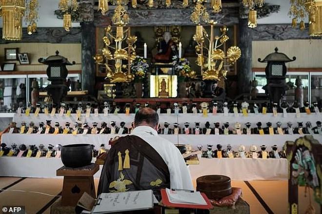 Kỳ lạ ngôi chùa Nhật Bản làm đám tang cho chó robot: máy móc cũng có linh hồn - Ảnh 3.