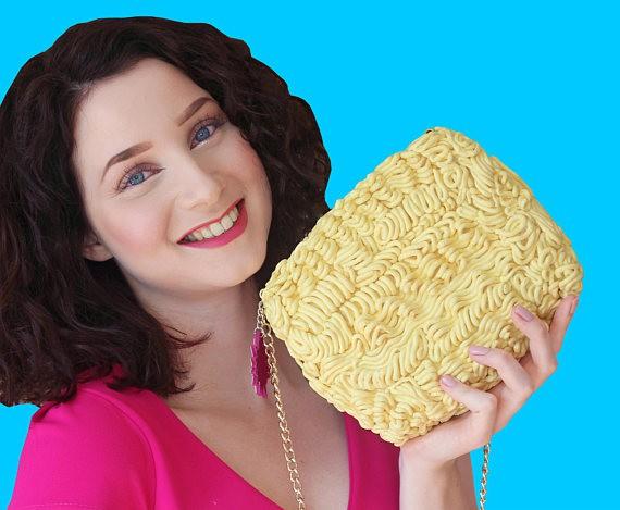 Xuất hiện loại ví y hệt vắt mì ăn liền, bán 4,5 triệu đồng vẫn ối người mua - Ảnh 6.