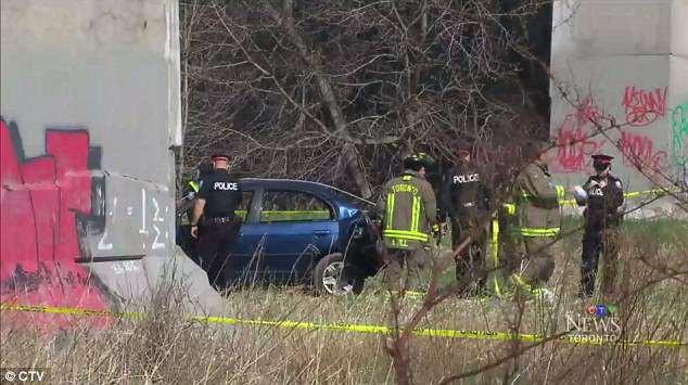 Cảnh sát Toronto đau đầu vì chiếc xe bí ẩn bỗng bị treo ngược dưới gầm cầu mà không rõ nguyên do - Ảnh 4.