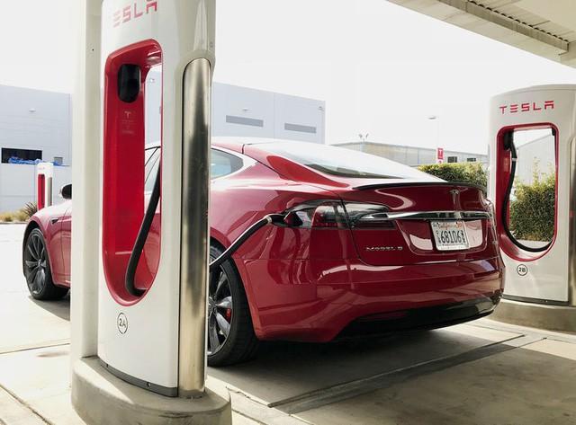 Bên trong trạm sạc điện cho xe ô tô Tesla hiện đại, nội thất chẳng kém gì khách sạn hạng sang, dự kiến bố trí thay các trạm xăng truyền thống - Ảnh 3.