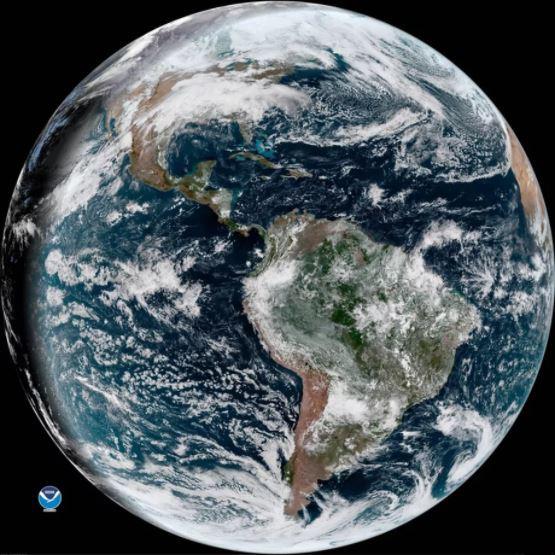 Còn đây là bức ảnh Trái Đất do đàn anh GOES-16 chụp được, dường như sự cố về hệ thống tản nhiệt trên GOES-17 không gây ảnh hưởng nhiều đến chất lượng ảnh chụp của vệ tinh này.
