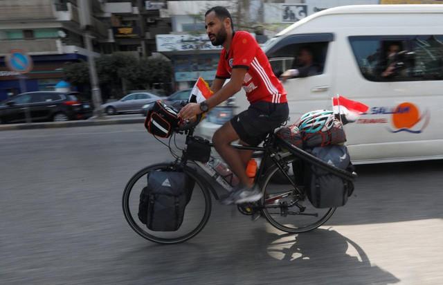 Anh chàng đạp xe hơn 5000km trong 65 ngày từ Ai Cập sang Nga xem World Cup 2018 - Ảnh 1.