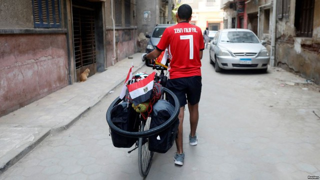 Anh chàng đạp xe hơn 5000km trong 65 ngày từ Ai Cập sang Nga xem World Cup 2018 - Ảnh 2.