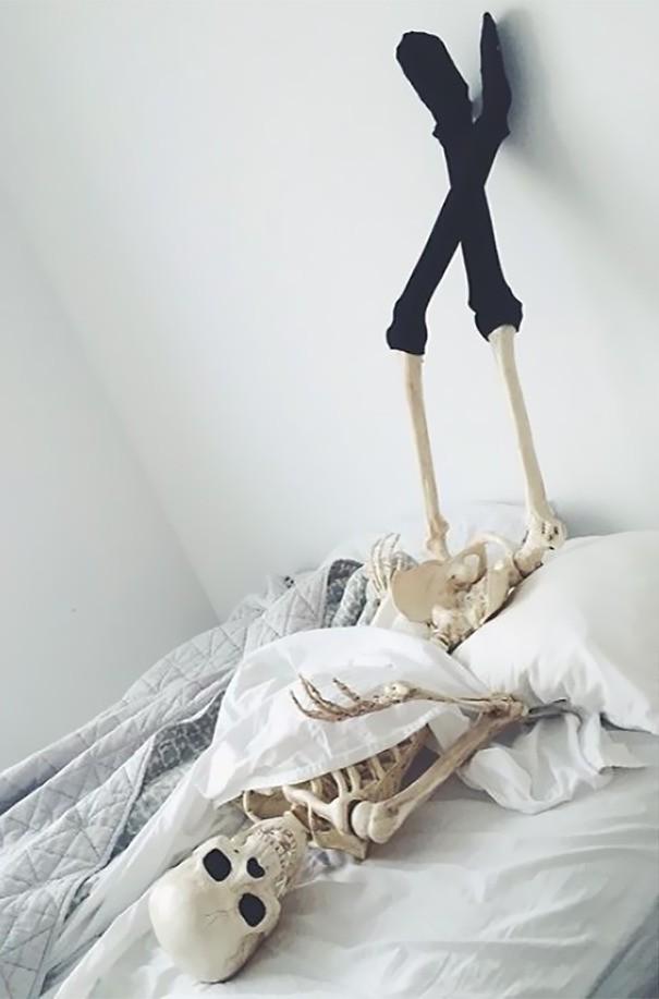Chết cười với bộ xương chuyên cosplay hội chị em ham sống ảo - Ảnh 2.