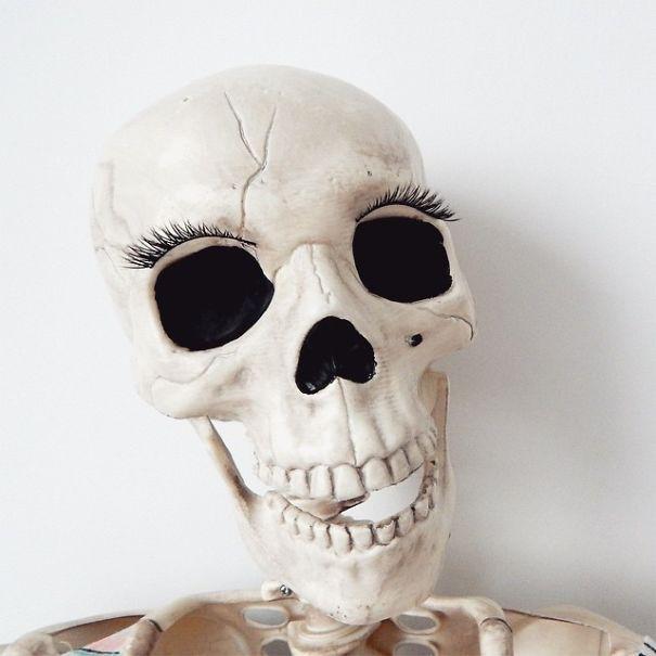 Chết cười với bộ xương chuyên cosplay hội chị em ham sống ảo - Ảnh 3.