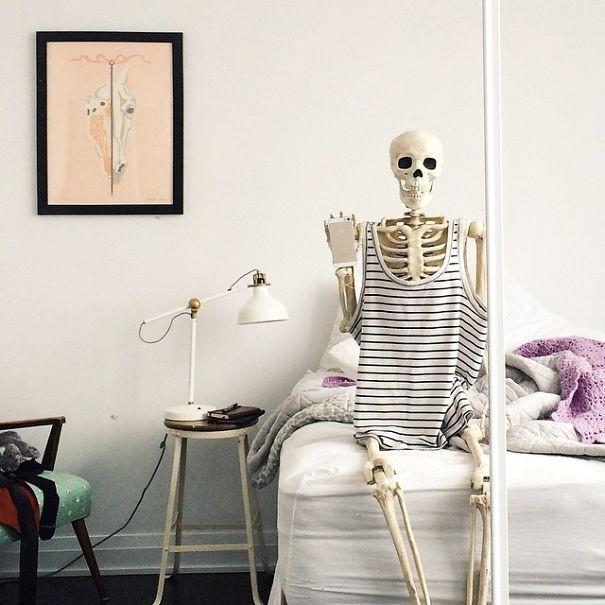 Chết cười với bộ xương chuyên cosplay hội chị em ham sống ảo - Ảnh 11.