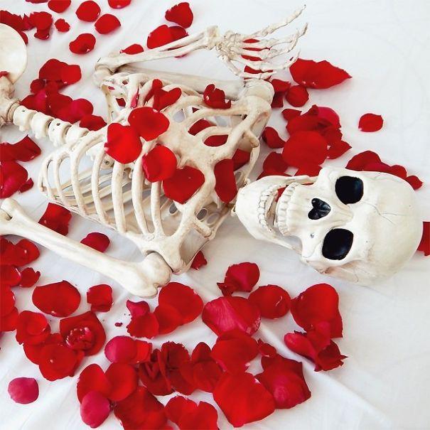 Chết cười với bộ xương chuyên cosplay hội chị em ham sống ảo - Ảnh 12.