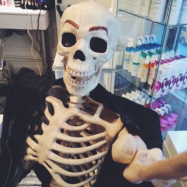 Chết cười với bộ xương chuyên cosplay hội chị em ham sống ảo - Ảnh 13.