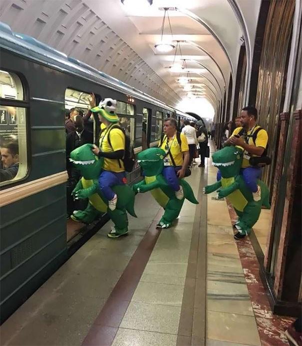 [Vui] Cưỡi bình cứu hỏa cho tới ăn bắp cải sống, đây là những hành khách kỳ lạ nhất tại ga tàu - Ảnh 7.