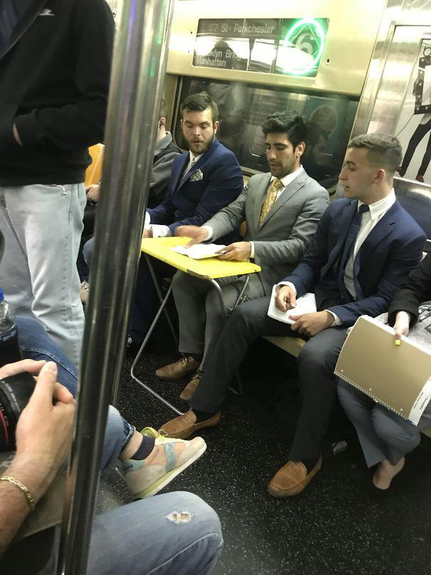 [Vui] Cưỡi bình cứu hỏa cho tới ăn bắp cải sống, đây là những hành khách kỳ lạ nhất tại ga tàu - Ảnh 8.