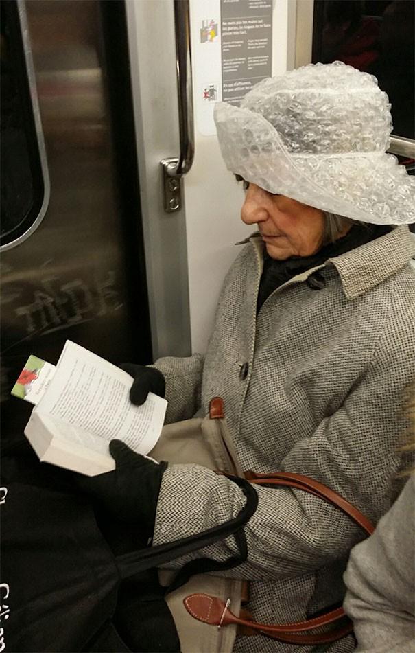 [Vui] Cưỡi bình cứu hỏa cho tới ăn bắp cải sống, đây là những hành khách kỳ lạ nhất tại ga tàu - Ảnh 9.
